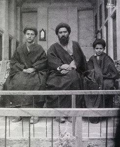 آیت الله العظمی سید ابوالقاسم خویی در کنار فرزندانش دردوران جوانی
