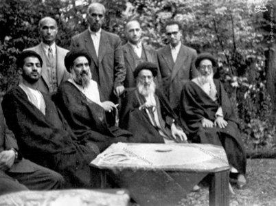 آیت الله العظمی سید ابوالقاسم خویی در سفر به ایران و در کنار پدرش حجت الاسلام سید علی اکبر خویی