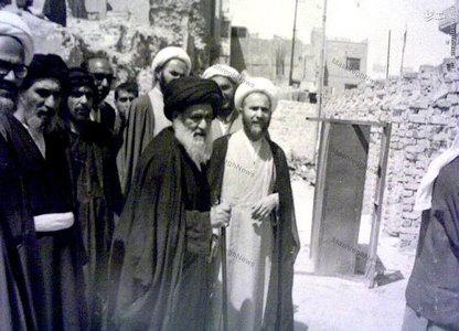 آیت الله العظمی سید ابوالقاسم خویی در میان برخی نزدیکان و اصحاب خود