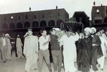 خاکسپاری غریبانه آیت الله العظمی سید ابوالقاسم خویی در مسجد خضرای نجف