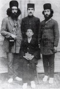 دکتر حشمت جنگلی طالقانی در کنار برادرانش
