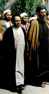 آذر 1357، آیت الله خامنهای و شهید هاشمی نژاد در حال عزیمت به بیمارستان امام رضا (ع) در مشهد برای انجام تحصن