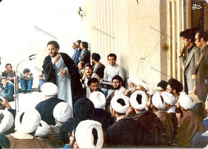 آذر 1357، شهید هاشمی نژاد در حال سخنرانی در حضور آیت الله خامنهای، در جمع تحصن کنندگان بیمارستان امام رضا (ع) در مشهد