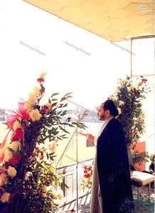 آذر 1357، شهید هاشمی نژاد در حال سخنرانی در جمع تحصن کنندگان بیمارستان امام رضا (ع) در مشهد