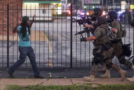 مواجهه پلیس ایالتی فرگوسن با جوان سیاه پوست در جریان اعتراضات به رفتار نژادپرستانه پلیس امریکا. عکاس: WHITNEY CURTIS