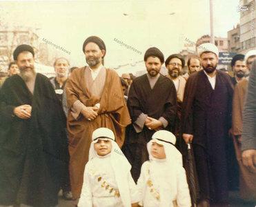 آیت الله سید علی غیوری به اتفاق شهید آیت الله بهشتی در راهپیمایی عاشورای 57