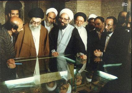 آیت الله سید علی غیوری در کنار رهبر معظم انقلاب در سفر به شهرری