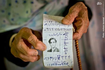 میگوید که سواد خواندن و نوشتن فارسی ندارد اما میتواند اعداد را بخواند،بخاطر همین در دفترچه تلفنش،کنار شماره هر کس عکسی از او چسبانده ست.