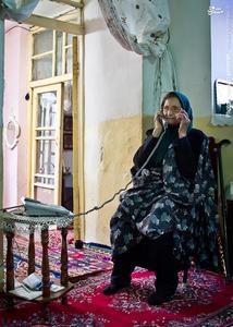 همه فرزندانش در شهرهای دیگر زندگی میکنند، اما او هر روز با آنها تماس میگیرد و جویای حالشان میشود.