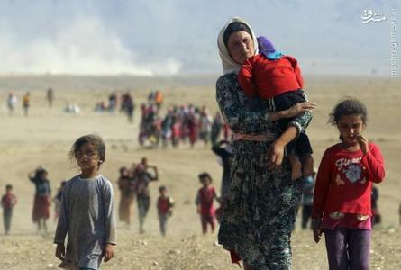 آواراگان ایزدی در سنجار در حال فرار از نیروهای داعش به سمت مرز سوریه . آگوست 2014