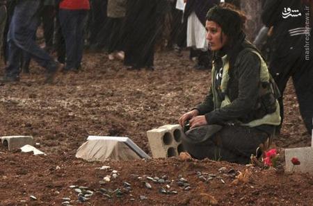 سوگواری زن کرد بر مزار همسرش که به دست داعش در راس العین کشته شده است. ژانویه 2014