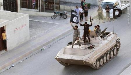 رژه نظامی گروه تروریستی داعش در امتداد خیابان های استان شمالی شهر رقه در سوریه .ژانویه 2014