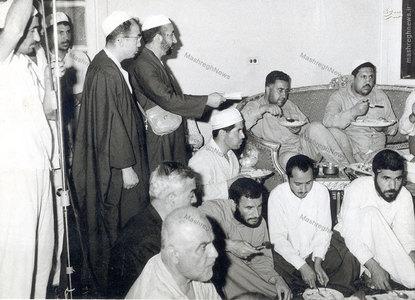 شهيد آيت الله مفتح در كنار شهيد هاشمي نژاد در سفر حج