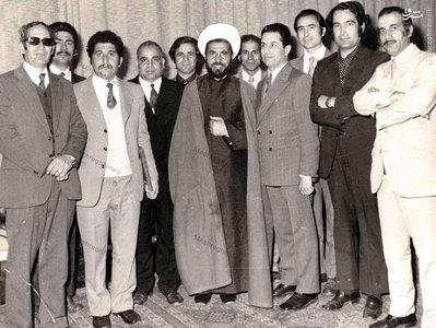 شهيد آيت الله مفتح در كنار برخي اساتيد دانشكده الهيات دانشگاه تهران