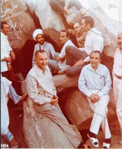 شهيد آيت الله مفتح در كنار غار حرا در سفر حج، به اتفاق فخرالدين حجازي، حسين مهديان و ناصر ميناچي