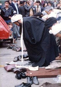 شهيد آيت الله مفتح در حال اقامه نماز جماعت در پايان يكي از راهپيمايي هاي انقلاب