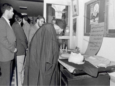 رهبر معظم انقلاب در حال امضاي دفتر يادبود شهيد آيت الله مفتح در دانشكده الهيات