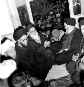 1343، شهید آیت الله غفاری در محضر امام خمینی. در تصویر آیات پسندیده و قاضی طباطبایی نیز دیده میشوند.