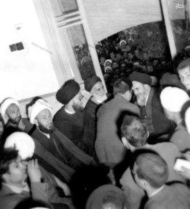 1343، شهید آیت الله غفاری در محضر امام خمینی. در تصویر آیات پسندیده، قاضی طباطبایی و خزعلی نیز دیده میشوند.