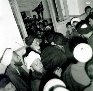 1343، شهید آیت الله غفاری در محضرامام خمینی. در تصویر آیات پسندیده، قاضی طباطبایی و خزعلی نیز دیده میشوند.