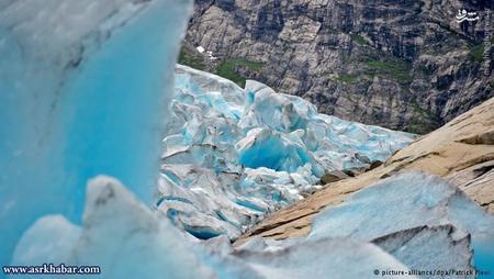 ساخت یخچالهای طبیعی بیش از یک سال زمان میبرد. پس از مدتی رنگ آنها تغییر میکند و به رنگهای آبی و سبز جلوه میکنند.