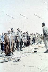 آیت الله جمی در حال اقامه نماز جمعه آبادان در دوران محاصره این شهر