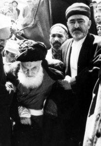 آيت الله العظمي بروجردي در حال عزيمت به محفل روزانه درسي خود در مسجد اعظم قم