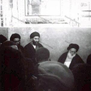 آيت الله العظمي بروجردي بر مزار همسرش در صحن مطهر حضرت معصومه (ع)