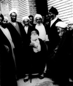 آيت الله العظمي بروجردي در جمع برخي فضلاي حوزه و اصحاب خويش