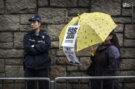 معترض ضد دولت بانكوك در حال عبور از كنار يك افسر پليس