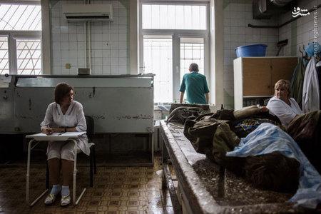 جنازه يك اوكرايني طرفدار روسيه كه در تظاهرات در دونتسك كشته شده در يك مركز خدمات بهداشتي