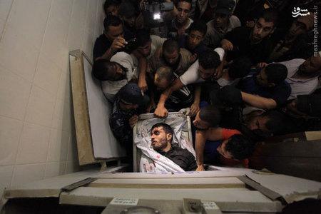 جنازه مرد جواني كه در حملات هوايي اسرائيل به غزه كشته شده است