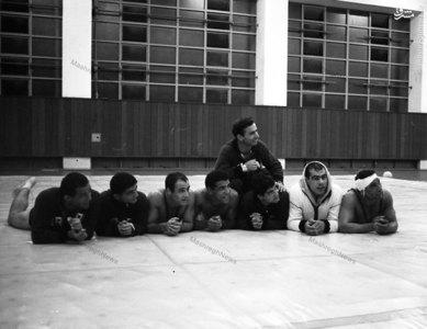 جهان پهلوان غلامرضا تختی در حاشیه یکی از تمرینات دسته جمعی