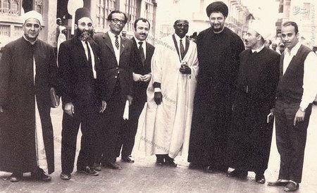استاد سید جعفر شهیدی در کنار امام موسی صدر و برخی شخصیتهای فکری جهان اسلام در حاشیه یکی از کنگره ها