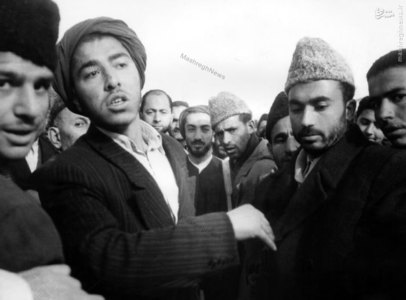 شهید نواب صفوی در بازگشت از سفر به مصر. شهید سید محمد واحدی نیز در تصویر دیده میشود