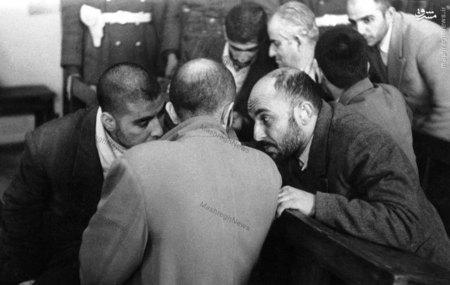 شهیدان نواب صفوی، خلیل طهماسبی و سید محمد واحدی در حال گفت وگو در حاشیه دادگاه