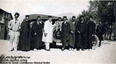 غلامحسین غفاری و حسنعلی نصرتالسلطنه با تعدادی از دوستان و اتومبیلی که در تراکم سلفی بگیران ناپدید شده است!