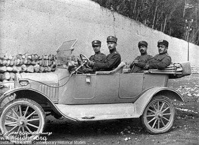 سرهنگ حسن بقایی با سه تن از افسران لشکر آذربایجان در تبریز، در اولین اتومبیل نظامیان