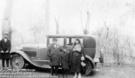 غلامعلی عزیزالسلطان (ملیجک) با همسر و فرزندش در کنار اتومبیل و راننده اش