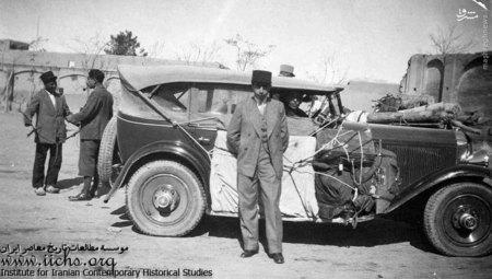 علی امینی در کنار اتومبیل خانوادگی در سفر به فرنگ