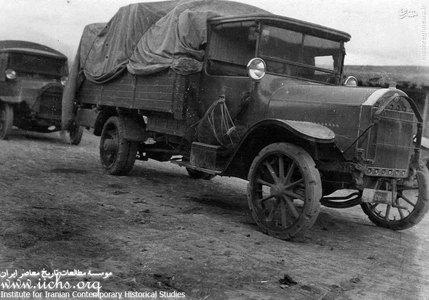 دو دستگاه کامیون لاری که در ابتدای دوره رضاشاه به عنوان ماشین باری و مسافربری با اعمال شاقه استفاده میشد