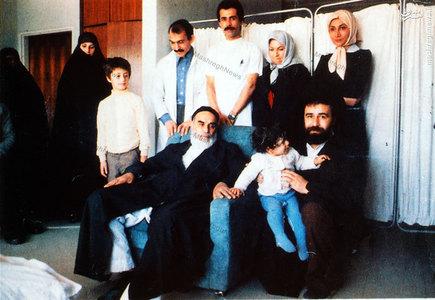 بهمن 1358، امام خمینی به اتفاق خانواده و نزدیکان در بیمارستان قلب تهران