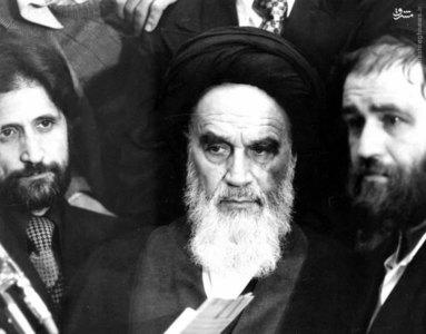 امام خمینی قبل از سخنرانی در سالن فرودگاه مهرآباد تهران