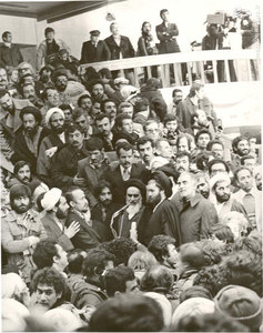 امام خمینی در حال سخنرانی در سالن فرودگاه مهرآباد تهران