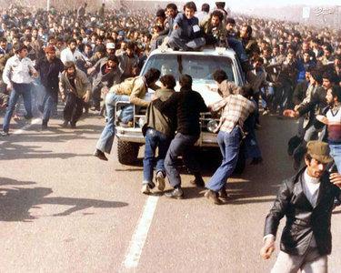 عزیمت ماشین حامل امام خمینی به سوی بهشت زهرای تهران