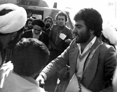 امام خمینی در حال خروج از بالگرد در بهشت زهرای تهران