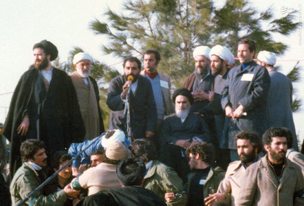 امام خمینی پس از استقرار در جایگاه سخنرانی خود در بهشت زهرای تهران