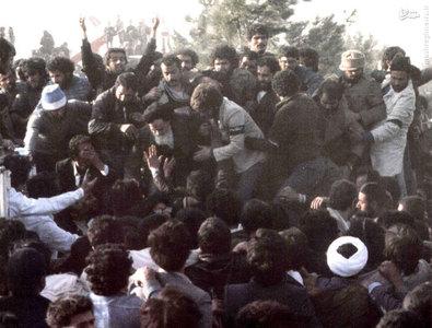 امام خمینی پس از انجام سخنرانی خود در بهشت زهرای تهران