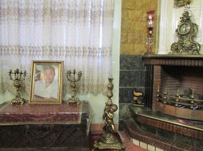 جای جای منزل شهید ستاری پر بود از تصاویر شهید در پوزیشن های مختلف