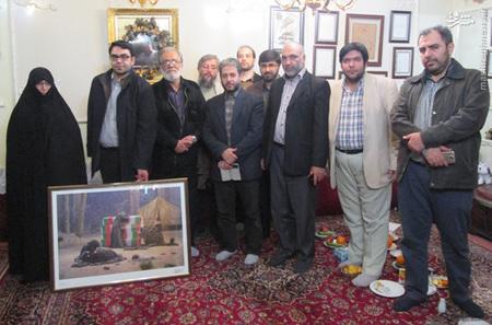 مجمع خبرنگاران و فعالان رسانه ای دفاع مقدس، قاب عکسی از بازسازی تابلوی عصر عاشورا و یک جلد کتاب من زنده ام را به خانواده شهید ستاری اهدا کردند